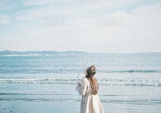 ビーチの前に立っている人の写真・画像素材[1005809]