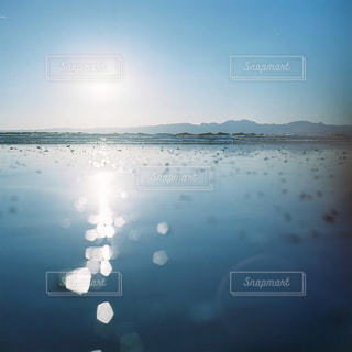 水を通して輝く太陽の写真・画像素材[1768284]