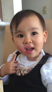 口紅をイタズラしてご機嫌な幼児の写真・画像素材[945488]