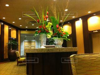 お花の溢れるエレベーターロビー inシェラトンワイキキの写真・画像素材[947080]