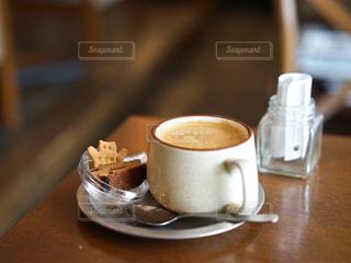 テーブルの上のコーヒー カップの写真・画像素材[945658]