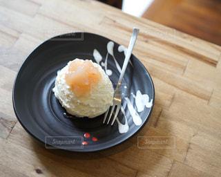 木製のテーブルにレアチーズケーキのプレートの写真・画像素材[945659]