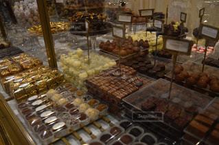チョコレートの陳列ケースの写真・画像素材[945672]
