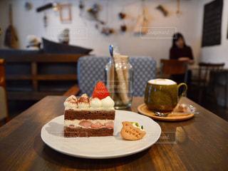 カフェでチョコレートショートケーキの写真・画像素材[945697]