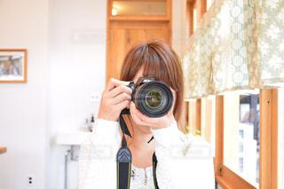 一眼レフを構える女性の写真・画像素材[946582]