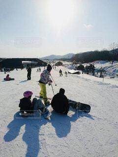雪の中に立っている人々 のグループ - No.948726