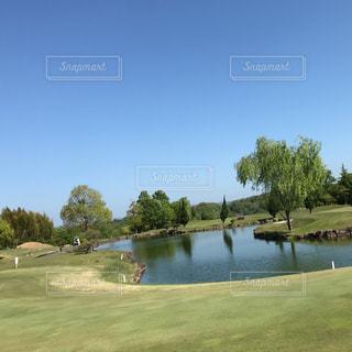 ゴルフ場の池の写真・画像素材[945831]