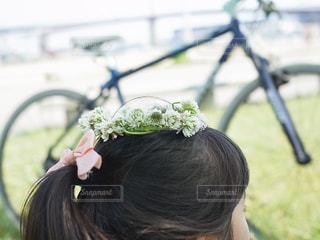 シロツメクサの冠をかぶった女の子の写真・画像素材[947308]