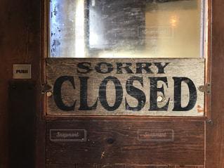 カフェの扉の閉店看板の写真・画像素材[1654726]