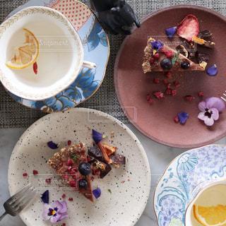 テーブルの上に食べ物のプレートの写真・画像素材[985031]