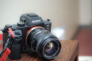 テーブルの上のカメラの写真・画像素材[946445]