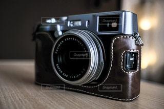 テーブルの上の銀色のカメラの写真・画像素材[3398336]