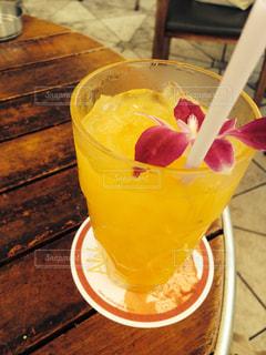 コーヒーとオレンジ ジュースのガラスのカップの写真・画像素材[946521]