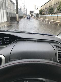 近くに車のアップの写真・画像素材[1060788]