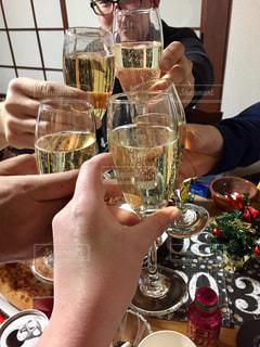 ワインのグラスを持っている手の写真・画像素材[946660]