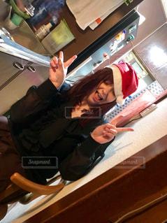サンタ帽子を被った外国人の女性の写真・画像素材[946676]