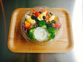 テーブルの上に食べ物のボウルの写真・画像素材[947637]
