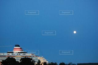 バック グラウンドでの大型船の写真・画像素材[1100992]