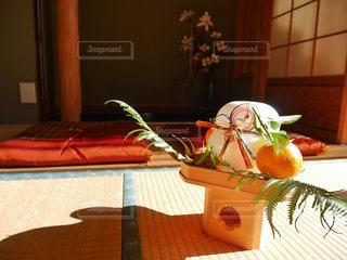 テーブルの上に座って花の花瓶の写真・画像素材[949738]