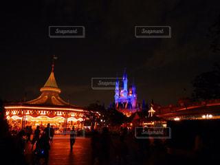 夜のライトアップされた街の写真・画像素材[956426]