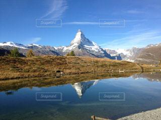 背景の山と水体の写真・画像素材[947697]