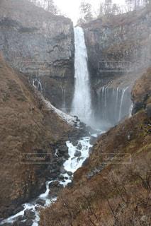 背景の山と華厳の滝の写真・画像素材[951447]