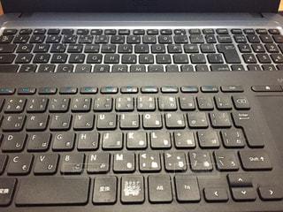 近くにコンピューターのキーボードのの写真・画像素材[980747]