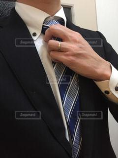 スーツとネクタイを身に着けている男の写真・画像素材[986821]