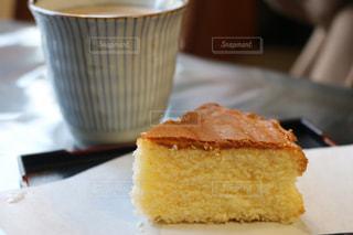 皿の上のケーキとコーヒーの写真・画像素材[1024246]