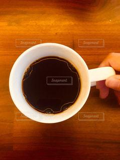 木製のテーブルの上に座ってコーヒー カップの写真・画像素材[1862310]