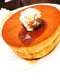 皿の上のケーキの一部の写真・画像素材[1218527]