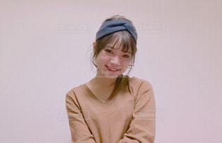 カメラの笑みを浮かべる女性の写真・画像素材[947871]