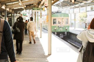 建物の前に立っている女性の写真・画像素材[949247]