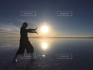 日没の前に立っている女性 - No.949069