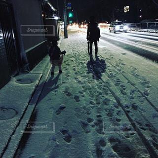 みぞれ道を歩く親子の写真・画像素材[948334]