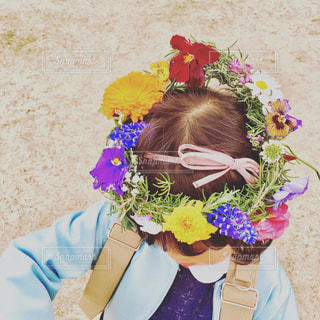 花かんむりをかぶる子どもの写真・画像素材[948341]