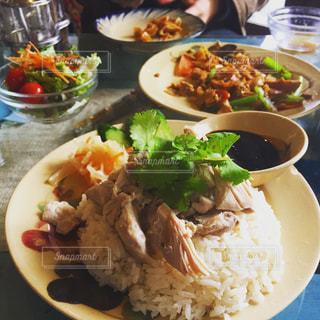 米肉と野菜をテーブルの上に食べ物のプレートの写真・画像素材[949676]