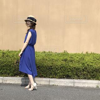 青いワンピースを着て立っている女の人の写真・画像素材[948701]