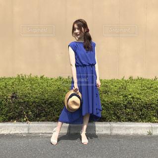 青いワンピースを来て立っている女の人の写真・画像素材[948702]