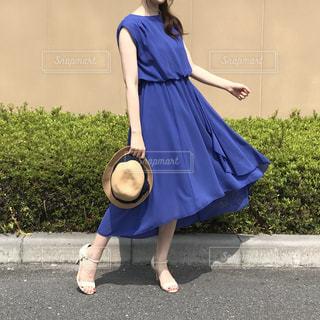 揺れる青いドレスの女の写真・画像素材[948703]