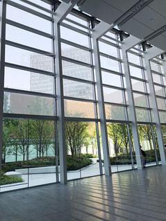大きなガラス窓のカフェの写真・画像素材[960364]