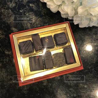 本命にプレゼントする高級チョコレートの写真・画像素材[960379]
