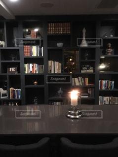 オシャレな書斎に本とランプの写真・画像素材[985930]
