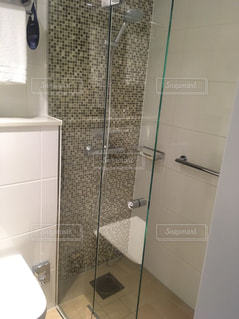 スウェーデンのホテル ガラス シャワーのドア付きのバスルームの写真・画像素材[985933]