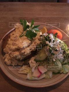 北欧の料理テーブルの上に食べ物のプレートの写真・画像素材[985936]