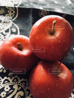テーブルの上の赤いリンゴの写真・画像素材[949578]