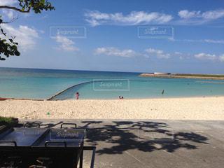 沖縄の海で家族ビーチパーティー - No.948920