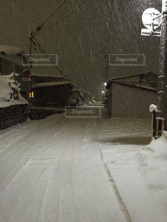 雪の夜道の写真・画像素材[949652]