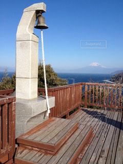 建物の前に木製のベンチ - No.949321
