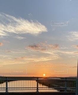 水の体に沈む夕日の写真・画像素材[3459235]